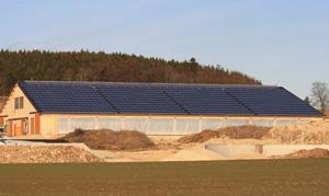 Photovoltaik-Anlage auf einem großen, landwirtschaftlich genutzten Gebäude, 153 kWp, insgesamt auf allen Ställen 249,9 kWp